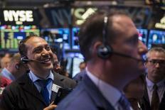 Operadores trabajando en la bolsa de Wall Street en Nueva York, Jun 18, 2015. Las acciones estadounidenses subían el martes por segundo día consecutivo ante las continuadas expectativas de que Grecia esté próxima a un acuerdo para evitar una cesación de pagos de deuda, además de datos que apuntaron a un repunte en los planes de inversión de las empresas. REUTERS/Lucas Jackson