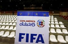 Placa com os logos da Copa América e da Fifa no centro de imprensa do estádio La Portada, em La Serena, no Chile. 12/06/2015  REUTERS/Mariana Bazo