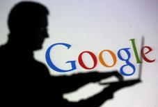 Google a lancé mardi une version gratuite de son service de musique en ligne, dans l'espoir de prendre de vitesse son concurrent Apple dont le service de streaming sera disponible à la fin du mois. /Photo d'archives/REUTERS/Dado Ruvic