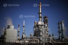 НПЗ в Калифорнии. 4 марта 2015 года. Нефтепереработчики на Западном побережье США и Гавайских островах увеличивают закупки российской нефти, пользуясь незначительной разницей в ценах американского и мирового нефтяных эталонов и стремясь компенсировать сезонное снижение поставок сырья с Аляски, сообщают трейдеры и источники в отрасли. REUTERS/Lucy Nicholson
