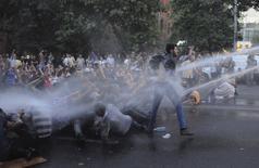 Полиция использует водометы против участников акции протеста в Ереване 23 июня 2015 года. Сотни армян продолжили в среду в столице акции протеста против скачка цен на электричество, распределяемое российской компанией, и не покинули улицу, даже когда полиция вновь применила водометы. REUTERS/Narek Aleksanyan/PAN Photo
