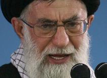 Духовный лидер Ирана аятолла Али Хаменеи в Тегеране 8 января 2007 года. Глава французского МИДа Лоран Фабиус сказал в среду, что заявления иранского руководства, похоже, не способствуют заключению долгожданной международной сделки о ядерной программе Тегерана. REUTERS/Stringer