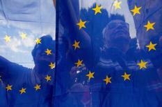 Manifestantes pró União Europeia vistos através de bandeiras da UE durante , em Tessalônica. 22/06/2015 REUTERS/Alexandros Avramidis