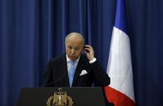 """El ministro de Relaciones Exteriores de Francia, Laurent Fabius en una conferencia de prensa en Ramala, Cisjordania, el 21 de junio de 2015. Francia convocó el miércoles al embajador de Estados Unidos en París para que explique un reporte de WikiLeaks sobre prácticas de espionaje del país norteamericano a funcionarios franceses, un hecho que el presidente Francois Hollande calificó como """"inaceptable"""". REUTERS/Mohamad Torokman"""