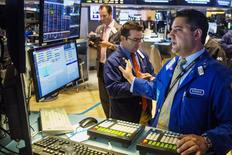 Трейдеры на торгах Нью-Йоркской фондовой биржи 17 июня 2015 года. Фондовые рынки США снизились в среду после безуспешных переговоров Греции с кредиторами. REUTERS/Lucas Jackson