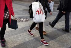 """Hennes & Mauritz (H&M) a dit jeudi prévoir pour le reste de l'année un impact """"très négatif"""" du renchérissement du coût de ses achats avec la vigueur du dollar, qui a déjà pesé sur ses résultats du deuxième trimestre. /Photo prise le 13 mars 2015/REUTERS/Susana Vera"""