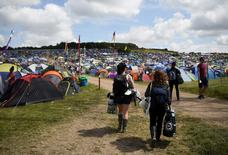 Participantes chegam ao Festival de Glastonbury, na Inglaterra. 25/06/2015 REUTERS/Dylan Martinez