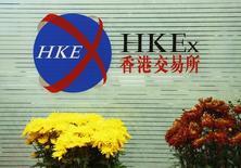 Логотип Hong Kong Exchanges and Clearing Ltd в здании Гонконгской биржи. 23 февраля 2015 года. Газпром планирует листинг уже существующих акций на бирже в Гонконге не ранее 2016 года, сказал на собрании акционеров финдиректор концерна Андрей Круглов. REUTERS/Bobby Yip