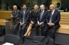 """De izqda. a derecha: El ministro de Finanzas italiano, Pier Carlo Padoan, el presidente del Eurogrupo, Jeroen Dijsselbloem, la directora del FMI, Christine Lagarde, el ministro de Finanzas irlandés, Michael Noonan, y el ministro de Finanzas de Francia, Michel Sapin, en una cumbre de ministros de finanzas de la zona euro, en Bruselas, 25 de junio de 2015. El Eurogrupo de ministros de Finanzas de la zona euro que se reúne el sábado debería discutir sobre cómo implementar un """"Plan B"""" para proteger sus economías y bancos de una eventual cesación de pagos de Grecia, dijo el viernes un alto funcionario gubernamental del bloque económico. REUTERS/Philippe Wojazer"""