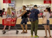 Clientes comprando en una tienda Target, en Nueva York, 15 de junio de 2015. La confianza del consumidor de Estados Unidos subió con fuerza en junio, de acuerdo con un sondeo divulgado el viernes. REUTERS/Brendan McDermid