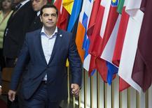 """Le Premier ministre grec Alexis Tsipras à Bruxelles. En dépit de déclarations tranchées et d'accusations de """"chantage"""", les négociations se poursuivent pour tenter d'arracher un compromis qui maintienne la Grèce dans la zone euro et évite ainsi une tourmente économique, politique et financière. /Photo prise le 26 juin 2015/REUTERS/Yves Herman"""