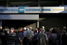 Пенсионеры у отделения National Bank of Greece в Афинах 29 июня 2015 года. Пока не сумевшая договориться с кредиторами Греция ввела контроль за движением капитала, так как Европейский центробанк заморозил важнейшую для Афин линию финансовой помощи. REUTERS/Yannis Behrakis