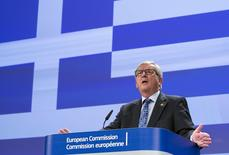 """El presidente de la Comisión Europea, Jean Claude Juncker, durante una reunión en la sede de la Comisión Europea, en Bruselas, Bélgica, 29 de junio de 2015. El jefe de la Comisión Europea, Jean-Claude Juncker, emitió el lunes fuertes críticas contra el Gobierno de Atenas, al que acusó de traicionar sus esfuerzos por conseguir un acuerdo de deuda con la zona euro, al tiempo que instó a los griegos a votar """"sí"""" en desafío a sus líderes en el referendo del domingo. REUTERS/Yves Herman"""