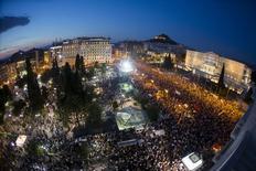 Manifestantes participam de um grande protesto contra medidas de austeridade, em frente ao Parlamento, em Atenas, na Grécia, nesta segunda-feira. 29/06/2015 REUTERS/Marko Djurica