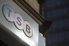 La banque espagnole Banco Sabadell a obtenu mardi le feu vert des autorités britanniques de la concurrence au rachat de TSB pour 1,7 milliard de livres sterling (2,4 milliards d'euros). /Photo prise le 12 mars 2015/REUTERS/Neil Hall