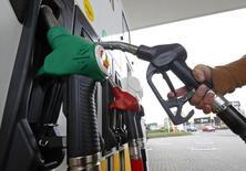 L'inflation dans la zone euro a légèrement baissé en juin avec la contraction des prix de l'énergie et une hausse modérée des prix alimentaires, selon la première estimation publiée mardi par l'institut européen de la statistique. /Photo d'archives/REUTERS/Yves Herman