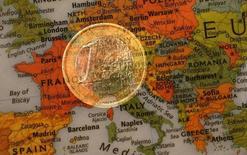 Ilustración fotográfica que muestra una moneda de un euro y un mapa de Europa, 9 de enero de 2013. La inflación de la eurozona se ralentizó en junio, alejándose del objetivo del Banco Central Europeo al debilitarse los costes de la energía y aliviarse el incremento de precios de alimentos y servicios tras las subidas de mayo. REUTERS/Kai Pfaffenbach
