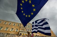 Manifestantes com bandeiras da UE e Grécia em frente a Parlamento, em Atenas 30/6/2015 REUTERS/Yannis Behrakis