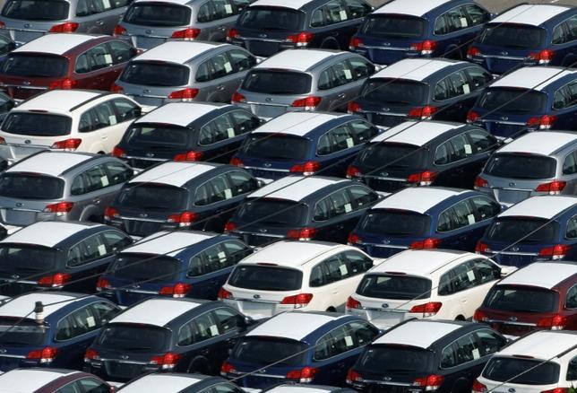 7月1日、6月の国内新車販売台数(軽自動車を含む)は前年同月比2.1%減の44万2631台と6カ月連続でマイナスとなった。軽自動車が前年同月に比べ1割強落ち込んだことが響いた。川崎市で2009年8月撮影(2015年 ロイター/Kim Kyung Hoon)