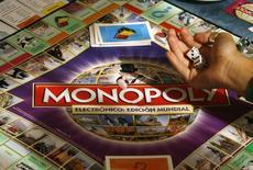 """Люди играют в """"Монополию"""" в Мадриде 27 августа 2008 года. Производитель игрушек Hasbro Inc и Lions Gate Entertainment Corp снимут кино по настольной игре """"Монополия"""", сообщили компании. REUTERS/Paul Hanna"""