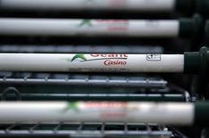 """Casino perd 1,74% à 67,32 euros vers 12h45, quand le CAC perd 0,02% à 4.882,18 points. UBS a abaissé sa recommandation de """"neutre"""" à """"vendre"""", avec un objectif de cours ramené de 70 euros à 63 euros en raison de la chute continue de la valeur de ses actifs cotés. /Photo d'archives/REUTERS/Eric Gaillard"""