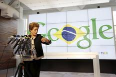 La presidenta de Brasil, Dilma Rousseff visita Google en Mountain View, California, 1 de julio de 2015. La presidenta de Brasil, Dilma Rousseff, culminó el miércoles su gira a Estados Unidos con una visita a Silicon Valley, donde se reunió con ejecutivos del sector tecnológico y dio una vuelta en el auto de Google Inc que se conduce solo. REUTERS/Stephen Lam