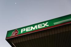 El logo de Pemex en una gasolinera, en Ciudad de México, 13 de enero de 2015. A finales de mayo, Pemex anunció que logró llevar en el 2014 su tasa de fatalidades y accidentes laborales por debajo del estándar internacional de la Asociación Internacional de Productores de Gas y Petróleo (IOGP, por sus siglas en inglés). REUTERS/Edgard Garrido