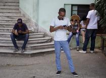 Cubans use the internet via public Wi-Fi in Havana July 2, 2015.  REUTERS/Enrique de la Osa