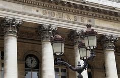 Фасад бывшей биржи в Париже 11 августа 2011 года. Индекс акций еврозоны готовится завершить неделю сильнейшим спадом с начала года накануне референдума в Греции от которого может зависеть, останется ли страна в еврозоне. REUTERS/John Schults