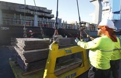 Unos trabajadores revisan un cargamento de cobre de exportación en el puerto de Valparaíso, Chile,  25 de enero de 2015. El cobre subía el viernes, impulsado por la debilidad del dólar y las expectativas de que mayores bajas de precios puedan provocar recortes a la producción, aunque es probable que una disminución estacional de la demanda limite las ganancias. REUTERS/Rodrigo Garrido