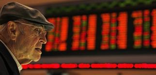 Un inversor brasileño mira la información de las acciones en un monitor en la Bolsa de Sao Paulo, 10 de agosto de 2011. Las acciones de Brasil operaban a la baja el viernes, en medio de la cautela antes del referendo del domingo en Grecia sobre los términos de un rescate financiero al país y sin orientación de Wall Street debido al feriado por el Día de la Independencia en Estados Unidos. REUTERS/Paulo Whitaker
