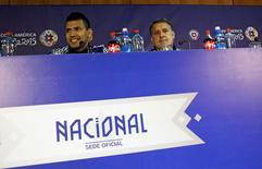 O jogador Sergio Aguero (esquerda) e o técnico Gerardo Martino, da Argentina, concedem entrevista coletiva em Santiago, no Chile, nesta sexta-feira. 03/07/2015 REUTERS/Marcos Brindicci
