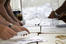 """Sur la base de 10% des bulletins dépouillés, le """"non"""" au référendum sur les propositions des créanciers internationaux de la Grèce l'emporte avec 59,8% des voix, le """"oui"""" en réunissant 40,1%, selon des données communiquées par le ministère de l'Intérieur grec. /Photo prise le 5 juillet 2015/REUTERS/Stefanos Rapanis"""