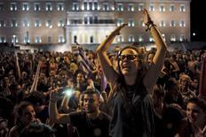 """A 61,31%, les Grecs ont voté """"non"""" dimanche aux propositions des créanciers internationaux d'Athènes lors d'un référendum dont le résultat pose la question du maintien de leur pays dans la zone euro et accentue le fossé avec les """"institutions"""". /Photo prise le 5 juillet 2015/REUTERS/Dimitris Michalakis"""