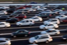 Les ventes de voitures neuves ont bondi de 14,3% sur un an en juin en Europe de l'Ouest, la hausse étant supérieure à 10% sur les grands marchés que sont la France, la Grande-Bretagne, l'Allemagne et l'Espagne, montrent des données du cabinet d'études spécialisé LMC. /Photo d'archives/REUTERS/Stephen Lam