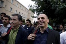 Ex-ministro grego Yanis Varoufakis (à direita) e o novo ministro das Finanças, Euclid Tsakalotos, em Atenas. 28/06/2015 REUTERS/Alkis Konstantinidis