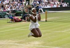 Norte-americana Serena Williams comemora ao vencer a bielorussa Victoria Azarenka no torneio de Wimbledon, em Londres, nesta terça-feira. 07/07/2015 REUTERS/Toby Melville