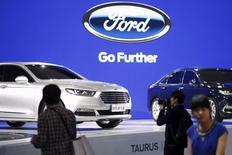 Les ventes de Ford ont stagné en Chine au premier semestre mais le groupe automobile américain mise sur le lancement de nouveaux modèles de berlines et de SUV pour se relancer sur le premier marché automobile mondial. Les ventes ont progressé de seulement 0,1% au cours de la période janvier-juin par rapport au premier semestre 2014 en Chine. /Photo prise le 21 avril 2015/REUTERS/Aly Song