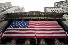 Wall Street a ouvert en hausse jeudi, soutenue par l'éventualité de voir la Réserve fédérale repousser le relèvement de ses taux et par le rebond des marchés chinois après les nouveaux efforts de Pékin pour arrêter l'hémorragie boursière. Quelques minutes après le début des échanges, l'indice Dow Jones gagne 1,26%, le Standard & Poor's 500 progresse de 1,2% et le Nasdaq Composite prend 1,25%. /Photo prise le 8 juillet 2015/REUTERS/Lucas Jackson