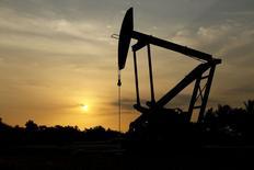 Selon l'Agence internationale de l'Energie (AIE), les cours du pétrole s'apprêtent à subir de nouvelles pressions à la baisse dans un contexte de recul de la demande face à une offre de plus en plus surabondante et la phase de réajustement des marchés pourrait se prolonger jusqu'à l'an prochain. /Photo d'archives/REUTERS/Isaac Urrutia - RTR4YW6E