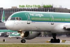 Un avión Aer Lingus antes del despegue en el aeropuerto de Dublín, 27 de enero de 2015. El conglomerado IAG se apresta a concretar la compra de Aer Lingus, después de que la aerolínea de bajo costo Ryanair anunció que aceptará una oferta por su participación y de que una fuente dijera a Reuters que la matriz de British Airways obtendría la aprobación condicional de la Unión Europea al acuerdo. REUTERS/Cathal McNaughton