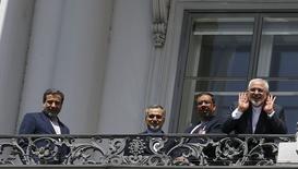 Министр иностранных дел Ирана Мохаммед Джавад Зариф (справа) пытается расслышать вопросы журналистов, стоя рядом с руководителем иранской ядерной программы Аббасом Аракчи и Хосейном Ферейдуном в Вене 10 июля 2015 года. Ранее в пятницу министр иностранных дел Ирана Мохаммед Джавад Зариф сказал журналистам, что в переговорах наметился прогресс, но они, вероятно, продолжатся на выходных. REUTERS/Leonhard Foeger
