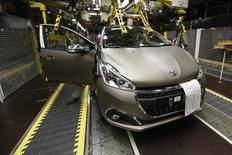 PSA Peugeot Citroën a fait état vendredi d'une très légère hausse de ses ventes mondiales au premier semestre, la performance de la marque Peugeot compensant la baisse de Citroën, et la progression des ventes en Europe le repli des ventes dans le reste du monde. /Photo prise le 29 avril 2015/REUTERS/Benoît Tessier