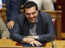 El primer ministro griego, Alexis Tsipras, reacciona durante una votación en el Parlamento en Atenas, Grecia. 11 de julio, 2015. El primer ministro griego, Alexis Tsipras, recibió un sólido mandato para completar las negociaciones con los acreedores el país después de que consiguió el respaldo del Parlamento a un duro nuevo paquete de reformas. REUTERS/Christian Hartmann