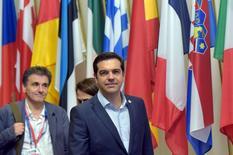 Alexis Tsipras et le ministre des Finances grec Euclid Tsakalotos à Bruxelles. Les dirigeants de la zone euro ont adopté lundi matin au terme de près de 48 heures de négociations un plan de sortie de crise pour maintenir la Grèce au sein de l'union monétaire à condition qu'elle mette en oeuvre immédiatement un douloureux plan de réformes. /Photo prise le 13 juillet 2015/REUTERS/Eric Vidal