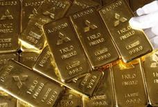 Слитки золота в отделении Mitsubishi Materials Corporation в Токио 8 октбяря 2009 года. Цены на золото снижаются за счет укрепления доллара к евро после сообщения о договоренности Греции с кредиторами. REUTERS/Issei Kato