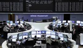 Les Bourses européennes évoluent en nette hausse à la mi-journée, après l'annonce en début de matinée d'un accord entre Athènes et les dirigeants de la zone euro. Vers 10h50 GMT, le CAC 40 s'adjuge 1,87% à 4.994,70 points à Paris, le Dax gagne 1,28% à Francfort et le FTSE progresse de 0,63% à Londres. /Photo prise le 13 juillet 2015/REUTERS