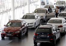 Concessionaire BMW à Pékin. BMW a redit lundi sa confiance dans le marché chinois malgré les difficultés de son partenaire local Brilliance China Automotive, qui attend une baisse de 40% de son bénéfice au premier semestre. Brilliance a imputé cette mauvaise performance aux résultats de la coentreprise BMW Brilliance Automotive, sur fond de ralentissement de la croissance économique chinoise.  /Photo prise le 13 juillet 2015/REUTERS/Kim Kyung-Hoon