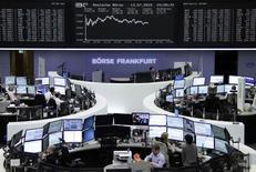 Operadores en sus puestos de trabajo en la bolsa alemana en Fráncfort, jul 13 2015. Las acciones europeas cerraron en alza el lunes después de que los líderes de la zona euro alcanzaron un acuerdo para avanzar con un préstamo de rescate para que Grecia evite la bancarrota, después de maratónicas negociaciones en Bruselas.    REUTERS/Remote/Staff
