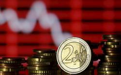 Монеты евро на фоне рыночного графика. Зеница, 30 июня 2015 года. Курс доллара к евро растет, после того как Греция договорилась о получении новых кредитов в обмен на экономические реформы. REUTERS/Dado Ruvic